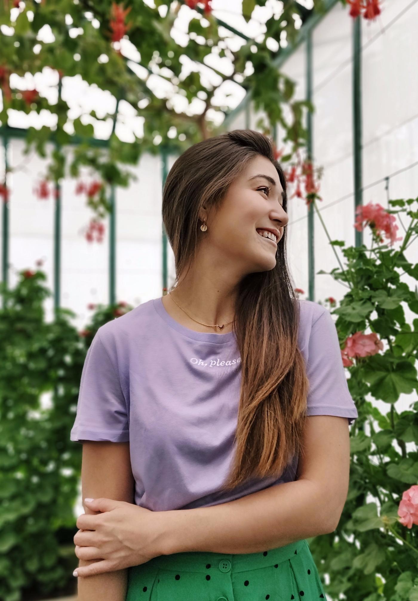 Kledingadvies - Pastelkleurige T-shirt en felgroene rok